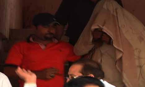 اسپیشل انویسٹی گیشن یونٹ پولیس نے پروفیسر سبط جعفر زیدی اور ڈاکٹر حسن عالم سمیت فرقہ ورانہ بنیاد پر 8 افراد کے قتل میں ملوث کالعدم لشکر جھنگوی کراچی کے امیر کو حب ریور روڈ سے گرفتار کرکے اسلحہ اور دستی بم برآمد کرلئے، ملزم پولیس کا برطرف اہلکار ہے اور اس سے قبل بھی گرفتار ہوچکا ہے جبکہ سی آئی ڈی پولیس نے بینک ڈکیتی کی وارداتوں میں ملوث کالعدم تحریک طالبان کے رکن کو گرفتار کرلیا۔ تفصیلات کے مطابق ایس ایس پی ایس آئی یو فاروق اعوان نے اپنے دفتر میں پریس کانفرنس سے خطاب کرتے ہوئے بتایا کہ خفیہ ذرائع سے ملنے والی اطلاع پر ایس آئی یو پولیس نے لنک روڈ لکی پہاڑی حب ریور روڈ پر چھاپہ مار کر کالعدم لشکر جھنگوی کراچی کے امیر طارق شفیع انصاری عرف ڈاکٹر عرف حاجی صاحب عرف بڑے میاں کو فائرنگ کے تبادلے کے بعد گرفتار کرلیا۔ انہوں نے بتایا کہ ملزم کے قبضے سے 2 دستی بم، ایک 44 بور رائفل، ایک 8 ایم ایم پستول، ایک پستول اور متعدد گولیاں برآمد کرلیں۔ انہوں نے بتایا کہ گرفتار ملزم فرقہ وارانہ ٹارگٹ کلنگ کی 7 وارداتوں میں ملوث ہے اور ان وارداتوں میں ملزم نے 8 افراد کو قتل کیا ہے۔ ملزم طارق شفیع کو لشکر جھنگوی کے امیر حافظ قاسم رشید کی گرفتاری کے بعد لشکر جھنگوی کراچی کا امیر بنایا گیا تھا۔ ملزم کے گروہ میں وسیم بارودی، ذیشان اور نسیم فرعون شامل ہیں۔ ملزم اس سے قبل 2001ء میں فرقہ وارانہ دہشت گردی کے مقدمات میں گرفتار ہوا تھا اور 2008ء میں عدالت سے ضمانت پر رہا کر دیا گیا، جس کے بعد سے وہ دوبارہ اپنی کارروائیوں میں مصروف ہوگیا۔ ایس ایس پی ایس آئی یو کا کہنا تھا کہ ملزم کے قبضے سے ایک ہٹ لسٹ بھی برآمد ہوئی ہے، جس میں اس کے آئندہ کے ٹارگٹ درج ہیں۔ ایک سوال کے جواب میں انہوں نے بتایا کہ ملزم طارق شفیع محکمہ پولیس میں وائرلیس آپریٹر تھا اور پہلی مرتبہ گرفتاری کے بعد اسے محکمہ پولیس کی ملازمت سے برطرف کر دیا گیا تھا۔ انہوں نے بتایا کہ ملزم نے ابتدائی تفتیش کے دوران انکشاف کیا ہے کہ اسے کراچی سینٹرل جیل سے گرفتار دہشت گرد حافظ قاسم رشید موبائل فون کے ذریعے ہدایات دیتا ہے، جس پر وہ کارروائیاں کرتے ہیں۔ انہوں نے بتایا کہ ملزم نے 18 مارچ کو لیاقت آباد کے علاقے میں سندھی ہوٹل کے قریب سوزخواں، شاعر اور گورنمنٹ کالج کے پرنسپل پروفیسر سبط جعفر زیدی کو قتل کیا جبکہ 2012ء اور رواں سال کے دوران کریم آباد پل